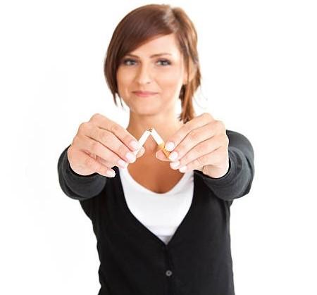 femme écrase cigarette